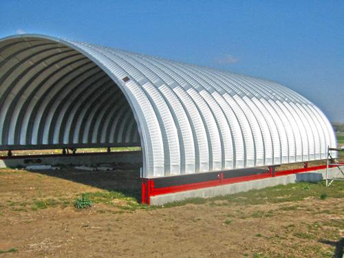 Samonośne hale łukowe - prefabrykowana stalowa hala łukowa - montaż jako dach łukowy, nie utwierdzony na konstrukcji, lecz na rolkach - jako konstrukcja przesuwnego zadaszenia.