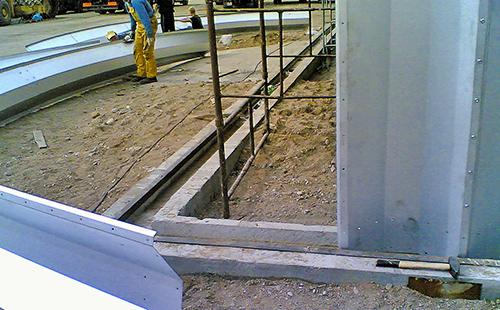 Prefabrykowane hale łukowe - technika hal łukowych. Hala łukowa może być montowana na tradycyjnym fundamencie. Bez konektorów (łączników montażowych łuków).