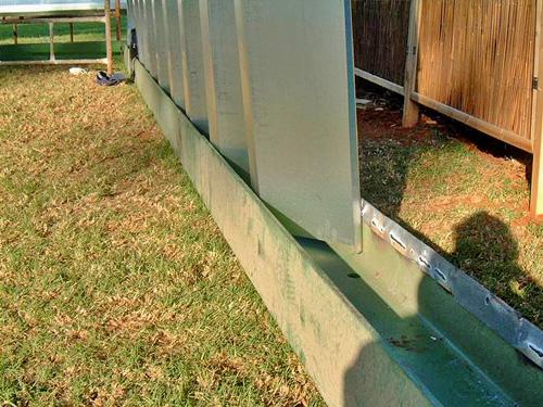 Samonośne hale łukowe - prefabrykowana stalowa hala łukowa - montaż w kształtownikach HEB ułożonych na gruncie bez fundamentów.