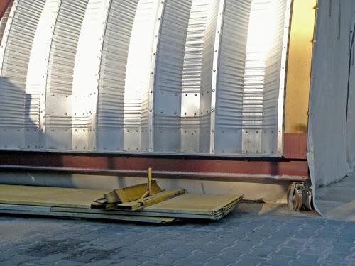 Samonośne hale łukowe - prefabrykowana stalowa hala łukowa - montaż na HEB zamocowanych na kołach jako ruchomy dach łukowy.