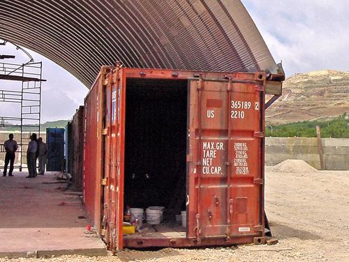 Samonośne hale łukowe - prefabrykowana stalowa hala łukowa- montaż na kontenerach tworzący lekki dach łukowy.