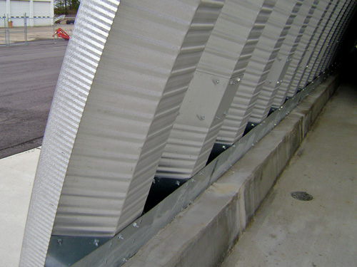 Samonośne hale łukowe - prefabrykowana stalowa hala łukowa - montaż na ściance kolankowej za pomocą konektorów.