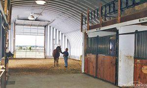 Samonośne hale łukowe - prefabrykowana stalowa hala łukowa jako stajnia dla koni. Budowla rolnicza.