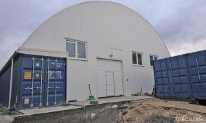 Dach łukowy. Prefabrykowane, stalowe hale łukowe na kontenerach, wykorzystane jako magazyn. Nie związane trwale z gruntem.