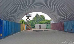 Dach łukowy. Prefabrykowane, stalowe hale łukowe wykorzystane jako samonośna wiata na kontenerach. Nie związana trwale z gruntem.