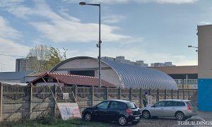 Dach łukowy. Prefabrykowana, stalowa hala łukowa wykorzystana jako samonośny dach budynku.
