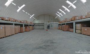 Dach łukowy. Prefabrykowane, stalowe hale łukowe wykorzystane jako samonośna hala magazynowa na kontenerach. Nie związane trwale z gruntem.
