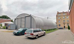 Samonośne hale łukowe - prefabrykowana stalowa hala łukowa z alucynku jako magazyn. Budowla przemysłowo-magazynowa..